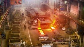 Arbeiders op ferrolegeringsfabriek stock videobeelden