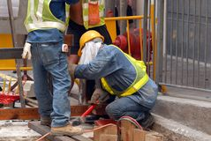 Arbeiders op het Niveau van de Straat Stock Afbeelding