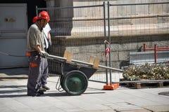 Arbeiders op muren van Duomo-Di Milaan Stock Foto