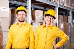 Arbeiders in pakhuis Royalty-vrije Stock Afbeeldingen