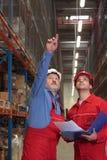 arbeiders in pakhuis stock afbeelding
