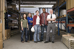 Arbeiders in pakhuis Stock Afbeeldingen