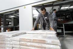 Arbeiders in pakhuisdepot stock fotografie