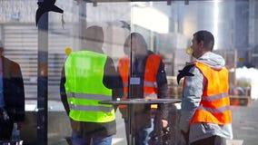 Arbeiders in productie-installatie als team het bespreken stock videobeelden