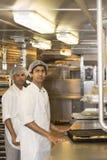 Arbeiders in restaurantkeuken Stock Afbeelding