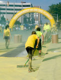 Arbeiders schoonmaken geel tijdens het gelukkigste 5k ras Stock Foto's