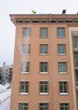 Arbeiders schoonmakende sneeuw van dak na blizzard in Tampere Royalty-vrije Stock Foto