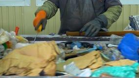 Arbeiders sorterend afval op de transportband 4K stock footage