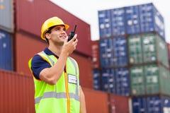 Arbeiders sprekende walkie-talkie Stock Afbeeldingen