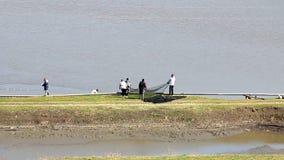 Arbeiders trekken netto met vissen stock videobeelden