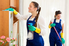 Arbeiders van het schoonmaken van bedrijf stock afbeeldingen