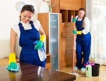 Arbeiders van het schoonmaken van bedrijf royalty-vrije stock fotografie