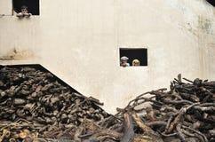 Arbeiders van korpsen die heilig gebied, Varanasi branden royalty-vrije stock foto's