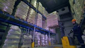 Arbeiders werkende vorkheftruck laat bij nacht in een pakhuis Het werk recent concept 4K stock videobeelden
