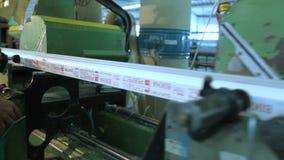 Arbeiders in workshop Lijnproductie van plastic vensters stock video