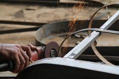Arbeiders zagend metaal met een molen, arbeider die het staal, versie 24 lassen Stock Afbeeldingen