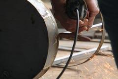 Arbeiders zagend metaal met een molen, arbeider die het staal, versie 33 lassen Stock Fotografie
