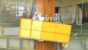 Arbeidersbooglassen op bouwconstructieplaats stock videobeelden