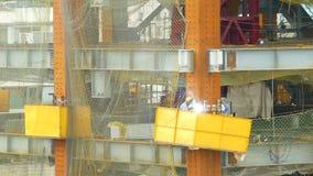 Arbeidersbooglassen op bouwconstructieplaats stock video