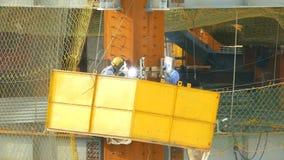 Arbeidersbooglassen op bouwconstructieplaats stock footage