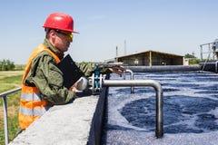 Arbeidersmonitor die industrieel water filtreren Stock Foto's