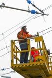 Arbeidersreparatie catenary in de post Royalty-vrije Stock Afbeelding