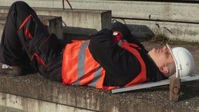 Arbeidersslaap tijdens de werktijd stock footage