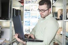 Arbeiderstechnicus aan het werk met computer Stock Foto