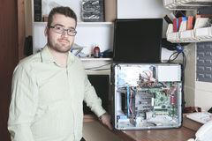 Arbeiderstechnicus aan het werk met computer Royalty-vrije Stock Fotografie