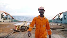 Arbeiderszeeman ab of Bosun op dek van schip of schip stock video
