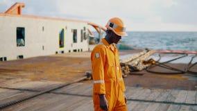Arbeiderszeeman ab of Bosun op dek van schip of schip stock videobeelden