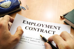 Arbeidsovereenkomst op een bureaulijst stock foto