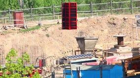 Arbeit über die Baustelle Der Baukran bewegt die Gebäudestrukturen stock video