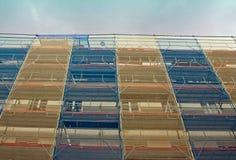 Arbeit über eine Gebäudefassade Lizenzfreies Stockfoto