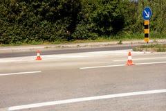 Arbeit über Straße Baukegel mit Verkehrszeichen halten rechtes Zeichen Handeln Sie Kegel, mit den weißen und orange Streifen auf  Lizenzfreies Stockfoto