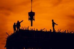 Arbeit über Wolkenkratzer Lizenzfreie Stockfotografie