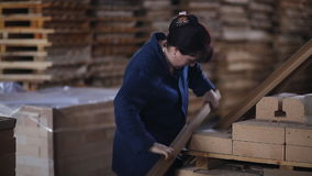 Arbeit über den Fabrikboden verpackt Produkte Arbeiter fügt Ziegelsteine für weitere Verpackung hinzu stock video footage