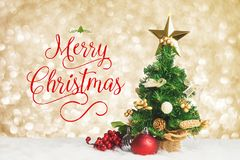 Arbeit der frohen Weihnachten mit Weihnachtsbaum mit Kirsche- und Ball decorat lizenzfreies stockbild