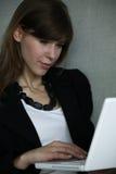Arbeit der jungen Frau stockfotos