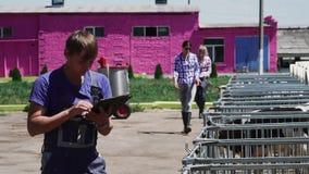 Arbeit der jungen Leute am Kuhbauernhof stock video footage