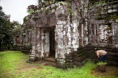 Arbeit in der Ruine von Champasak Lizenzfreies Stockbild