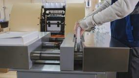 Arbeit des Betreibers einer Presse an der Werkzeugmaschine Stockfotografie