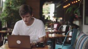 Arbeit des jungen Mannes End, Freiberufler und Blogger, die als Grafikdesigner Innen, moderner Arbeitsplatz sitzt im Café arbeite stock video footage