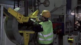 Arbeit in einer Fabrik in der Schwerindustrie stock video