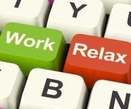 Arbeit entspannen sich die darstellenden Schlüssel, dass die Entscheidung, zum einer Pause zu machen oder der Anfang sich zurückz Lizenzfreies Stockfoto