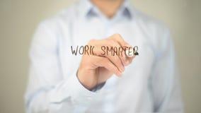 Arbeit intelligenter, Mann-Schreiben auf transparentem Schirm Lizenzfreie Stockbilder