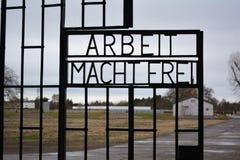 Arbeit macht frei -工作在德国使(您)自由在辛苦(集中)阵营的门 免版税图库摄影