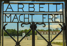 Arbeit Macht Frei, port av ingången i koncentrationsläger Dachau Arkivfoton