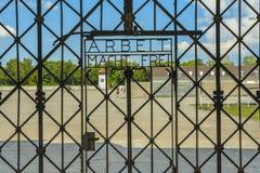 Arbeit Macht Frei, port av ingången i koncentrationsläger Dachau royaltyfria bilder