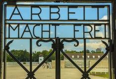 Arbeit Macht Frei, porta da entrada no campo de concentração Dachau Fotos de Stock